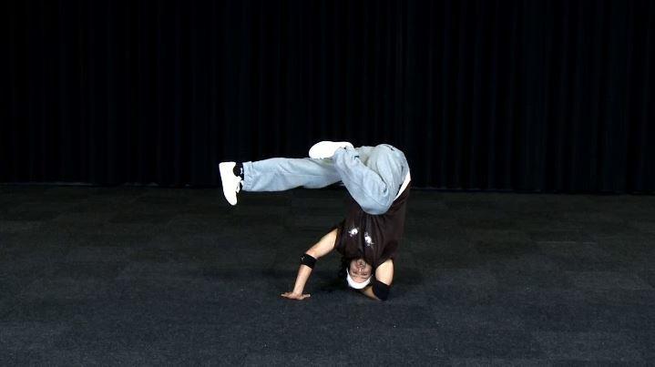 Breakdance Freeze 06 Kopfstand Beine Tief Clip 547